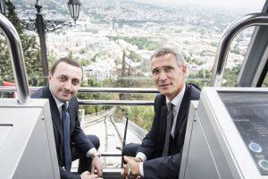 Tillsammans. Georgiens premiärminister Garibashvili och Jens Stoltenberg turistar i Tblisi och lovar att stödja varandra.